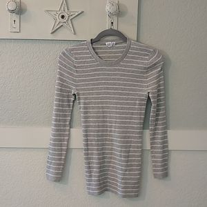 Gap Tee, long sleeves, Has white stripes on grey M